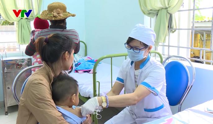 Tiêm vaccine ComBE Five – 9,7% trẻ em bị phản ứng sau tiêm Các Eva cảm thấy lo lắng không dám cho con tiêm