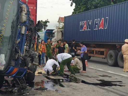 Hải Dương: Đứng xem tai nạn, 6 người bị xe tải lật đè lên người tử vong