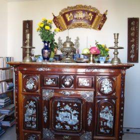Hướng dẫn cách sắp xếp bàn thờ gia tiên theo phong thủy để mang lại may mắn và tài lộc cho gia đình