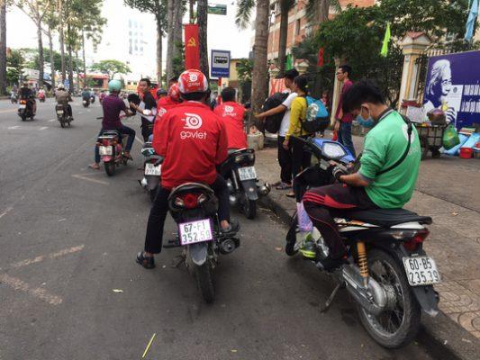 Clip ghi lại cảnh nhóm người mặc đồng phục Grabbike và Go-Viet hỗn chiến trên đường phố Sài Gòn