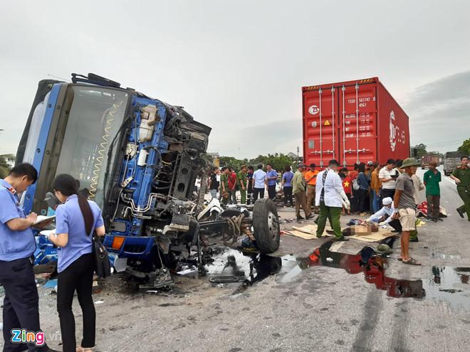 Clip: Khoảnh khắc kinh hoàng khi xe tải đâm vào dải phân cách rồi lật nghiêng đè 6 người tử vong ở Hải Dương