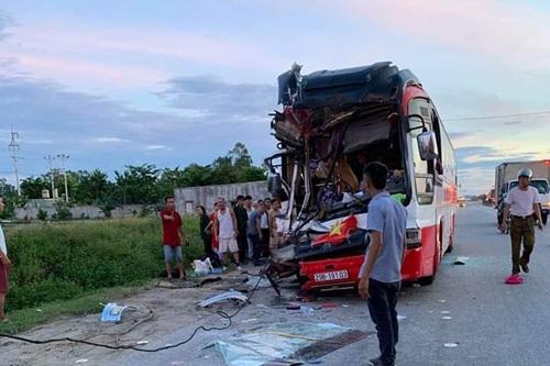 Nạn nhân kể lại giây phút kinh hoàng khi xe du lịch đâm container khiến 15 người thương vong