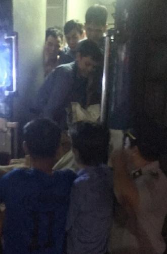 Nam nhân viên tàu SE10 đỡ để thành công cho hành khách chuyển dạ ngay trên tàu