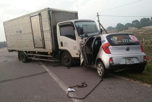 Tài xế taxi và hành khách tử vong tại chỗ sau pha tông trực diện của xe tải