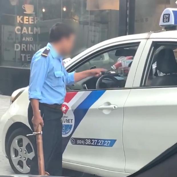Clip: Bị bảo vệ vác điếu cày dọa vì đỗ xe trước cửa quán, tài xế xe taxi rút gậy 3 khúc đuổi đánh