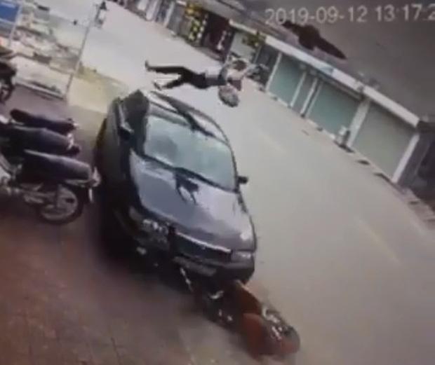 Clip: Kinh hoàng cảnh nữ sinh đi xe đạp điện ngược chiều bị ô tô hất tung kinh hoàng
