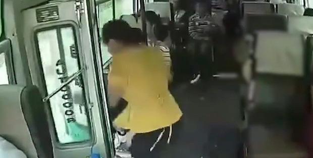 Clip: Xe khách đang chạy với tốc độ nhanh nhưng không đóng cửa, nữ hành khách bất ngờ nhảy xuống thiệt mạng