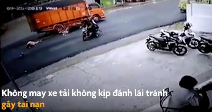 Vô tình để trẻ vặn tay ga, xe máy mất kiểm soát tông thẳng vào xe tải, người mẹ nằm bất động tại chỗ