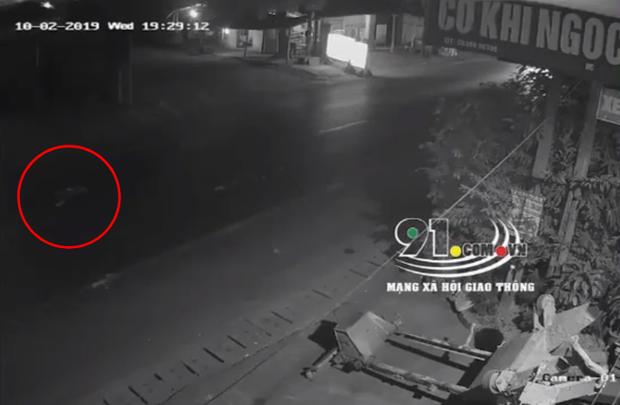 Clip: Người đàn ông đứng giữa đường bị ô tô húc văng nhiều mét, tài xế lạnh lùng bỏ đi khiến dân mạng phẫn nộ