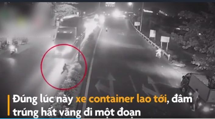 Chạy sang đường bị vấp ngã, người đàn ông bị  container cán tử vong tại chỗ