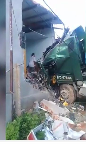 Clip: Kinh hoàng Xe container tông sập nhà dân, bà hàng xóm chết thảm