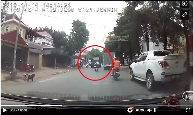 """Clip: Tăng tốc vượt xe tải, nữ sinh có pha đối đầu """"lạnh gáy"""" với xe Ben đi ngược chiều"""