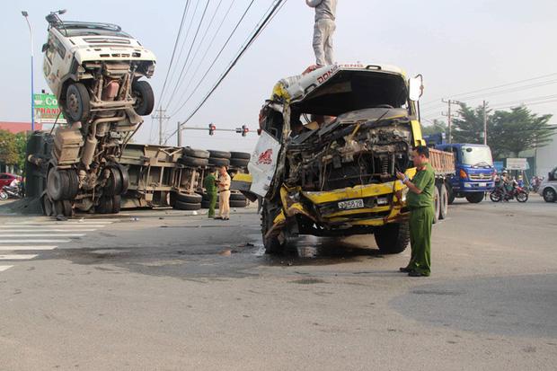 Clip: Kinh hoàng khoảnh khắc xe tải tông xe ben bay chổng ngược lên trời như phim hành động khiến 2 người trọng thương