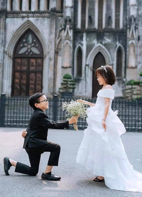 Bộ ảnh cưới lung linh của chàng tí hon và cô giáo mét 2 gây bão – Dân mạng thi nhau gửi lời chúc phúc đến cặp đôi