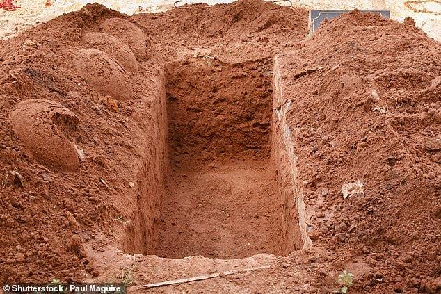 Người đàn ông đào huyệt mộ của cha mẹ trộm xương để bán lấy xe máy