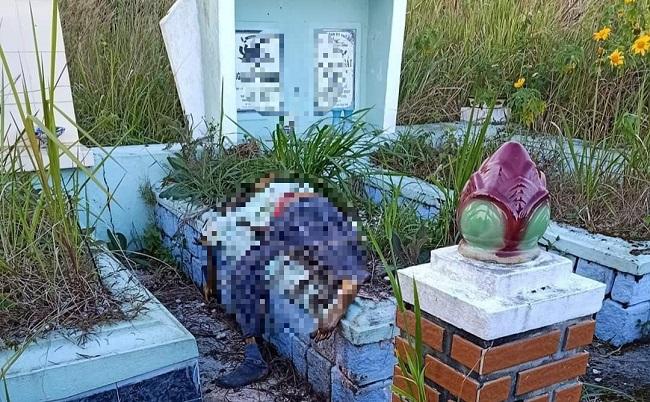 Người dân sốc khi phát hiện thi thể đã phân hủy nằm trên ngôi mộ ở Lâm Đồng