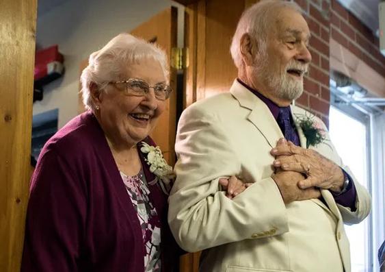 [GÓC HẸN HÒ] Cụ ông 80 tuổi lái xe 800 km chỉ để hẹn hò với mối tình đầu