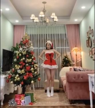 Chi Pu khoe clip nhảy sexy trong trang phục ông già Noel mừng Giáng sinh