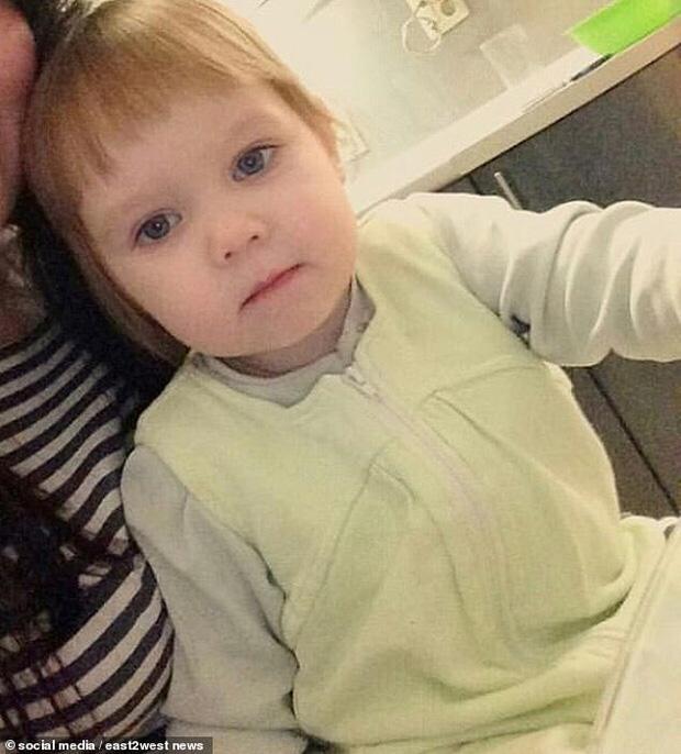 Bé gái 3 tuổi bị bỏ đói đến nỗi phải ăn bột giặt rồi qua đời khi mẹ đi tiệc tùng 1 tuần, hiện trường vụ án gây phẫn nộ