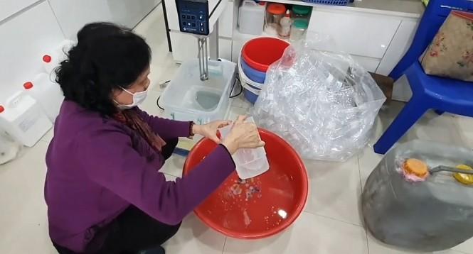 """Hà Nội xử lý tình trạng """"chế"""" nước rửa tay """"công nghệ xô chậu"""" bán ra thị trường"""