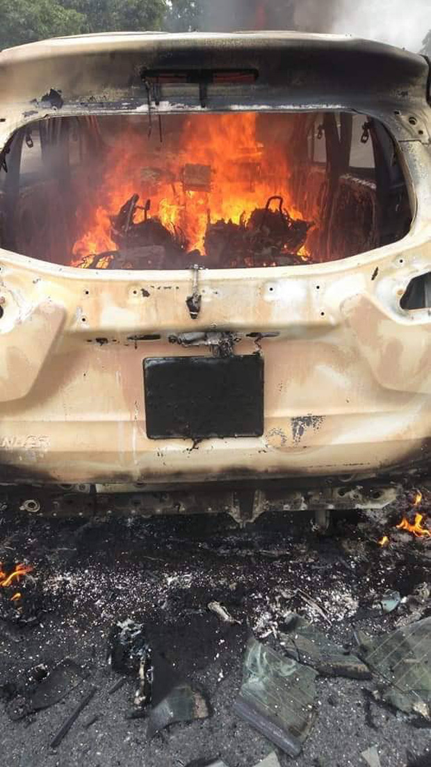 Ô tô 7 chỗ bốc cháy ngùn ngụt sau tiếng nổ lớn, 2 người mắc kẹt bên trong chết thảm