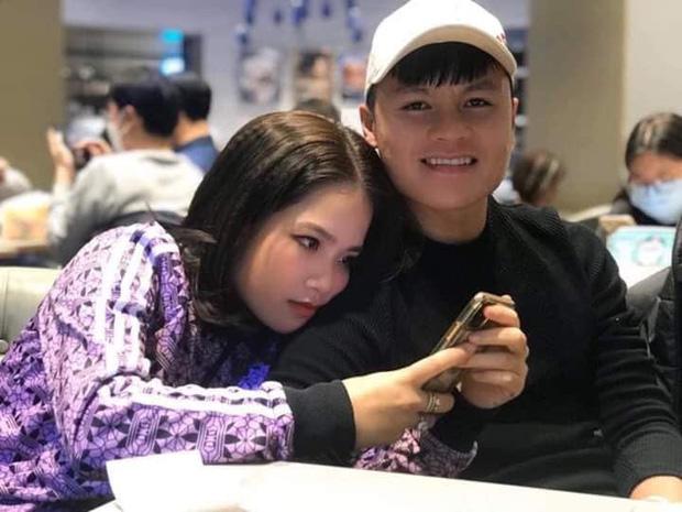 """Lộ ảnh tình tứ dựa vai nhau, Quang Hải và """"cô chủ tiệm nail"""" tiếp tục bị dân mạng soi hẹn hò lãng mạn"""