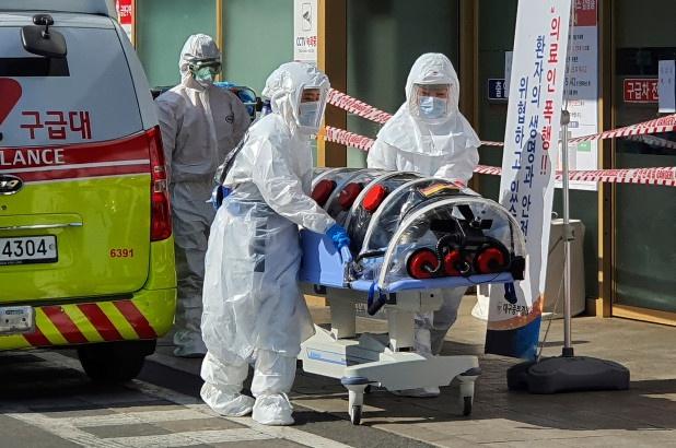 Bệnh nhân chết vì không có giường bệnh, Hàn Quốc đổi cách ứng phó với Covid-19