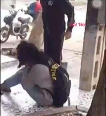 Thanh Hóa: Nữ sinh chỉ biết ngồi ôm mặt khi bị bạn học hành hung dã man, tát, đạp liên tiếp vào mặt