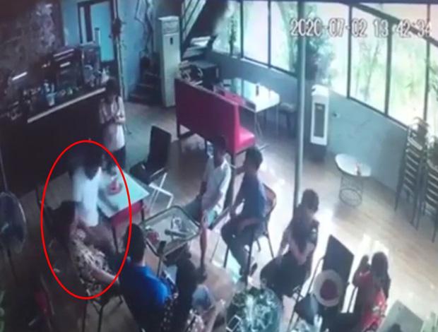 Clip: Kinh hoàng khoảnh khắc gã đàn ông cầm dao đâm bạn tử vong trong quán cafe