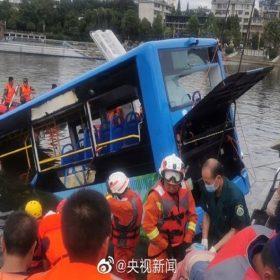 Trung Quốc: Xe buýt chở thí sinh thi đại học lao xuống hồ, 35 người thương vong