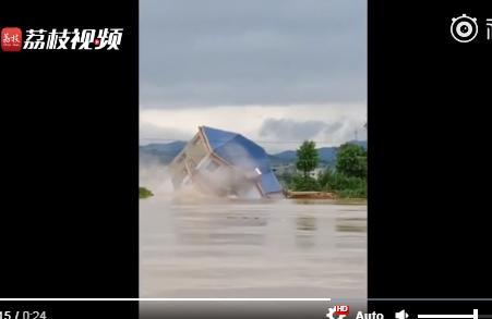 Sốc: Ngôi nhà 3 tầng đổ sụp sau vài giây trong trận lũ lụt lịch sử ở Trung Quốc