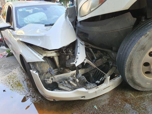 Kinh hoàng container lao qua dải phân cách, đâm nát chiếc BMW và cuốn nhiều xe máy vào gầm