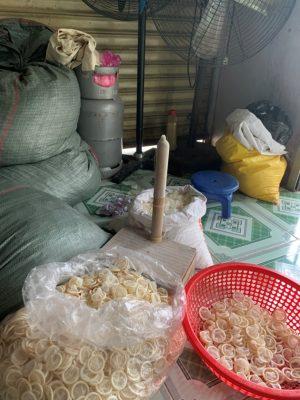 Rùng mình: Phát hiện người phụ nữ tái chế 324.000 bao cao su đã qua sử dụng để bán