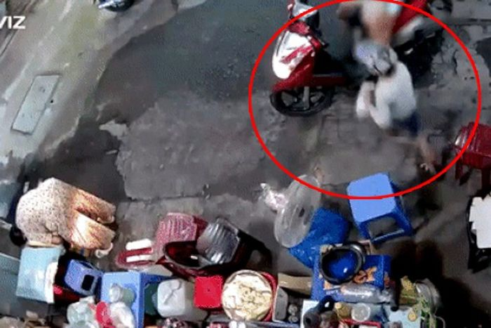 Clip: Dừng xe giả vờ mua hàng, người phụ nữ để con nhỏ lao vào lấy trộm túi tiền và thẻ cào điện thoại của bà cụ