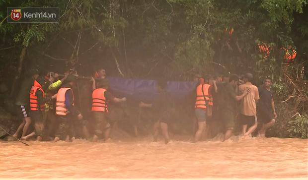 Clip: Hành trình băng rừng, vượt suối đưa thi thể Đại úy Công an hy sinh khi cứu người dân bị nước lũ cuốn về đất mẹ