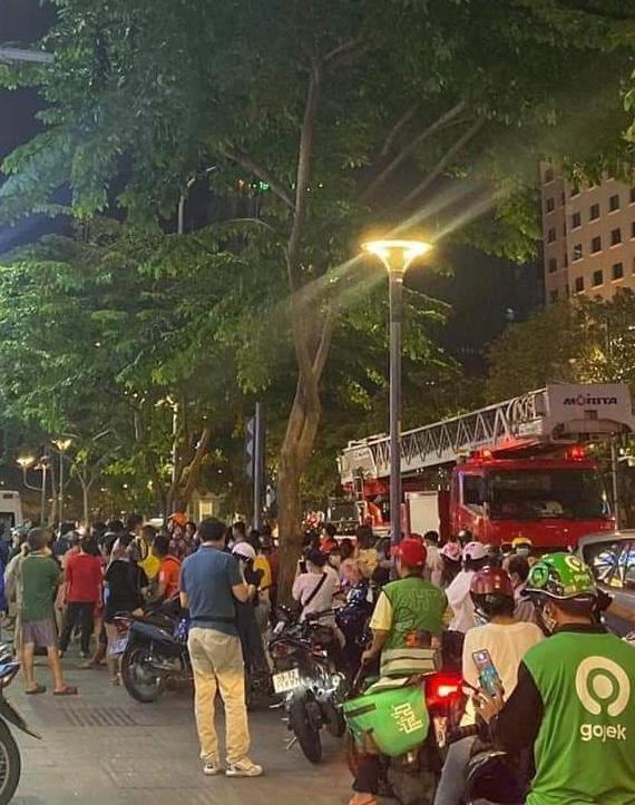 TP.HCM: Một người phụ nữ rơi từ tầng 3 chung cư phố đi bộ Nguyễn Huệ