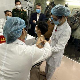 Việt Nam: Tiêm thử nghiệm vắc-xin ngừa COVID-19 cho 3 người đầu tiên