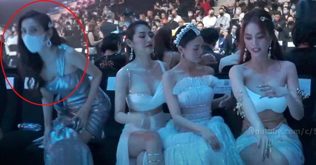 Clip: Bị Linh Chi liên tục hất tóc vào mặt, Thuỷ Tiên đứng dậy bỏ đi tại sự kiện