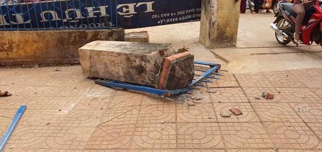 Cổng trường bất ngờ đổ sập khiến một học sinh tử vong