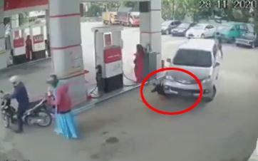 Clip: Người phụ nữ vô cảm dửng dưng đứng nhìn bé trai bị ô tô cán trúng