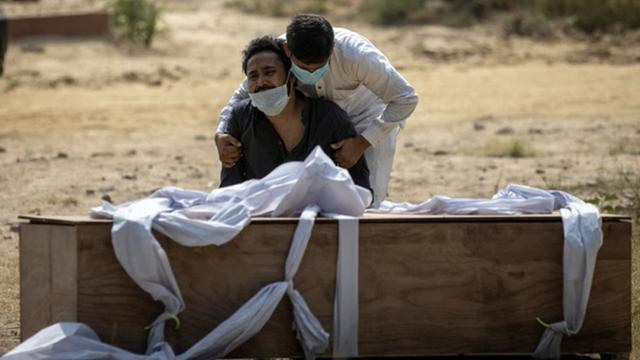 Ấn Độ: Xe cứu thương chạy , bất ngờ văng thi thể nạn nhân Covid-19 xuống đường