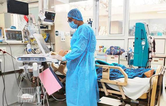 Một bệnh nhân Covid-19 ở BV Bệnh Nhiệt đới TƯ nguy kịch, phải thở máy
