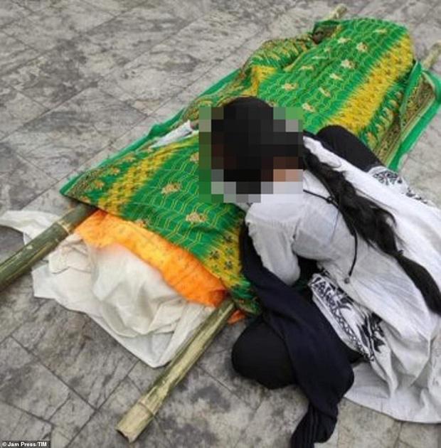 Ấn Độ: Con gái bật khóc bên thi thể mẹ nhiễm Covid-19 bị xâm hại tập thể đến chết trong bệnh viện