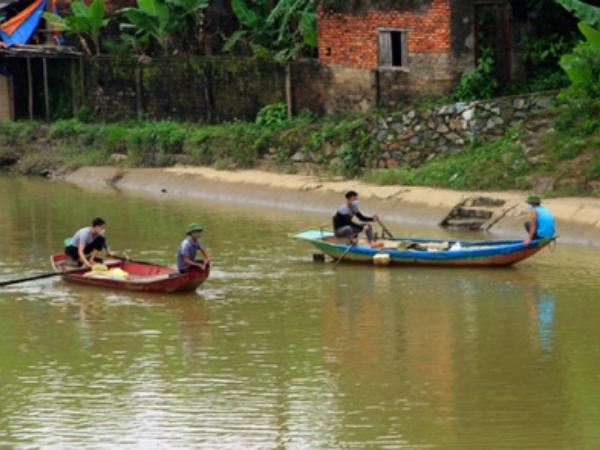 Nghệ An:Bé trai 8 tuổi mất tích khi đuổi theo quả bóng rơi xuống sông Vinh